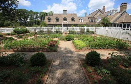 Một khu trồng rau rộng lớn được thiết kế theo phong cách vườn cảnh giống trong những lâu đài và biệt thự sang trọng.