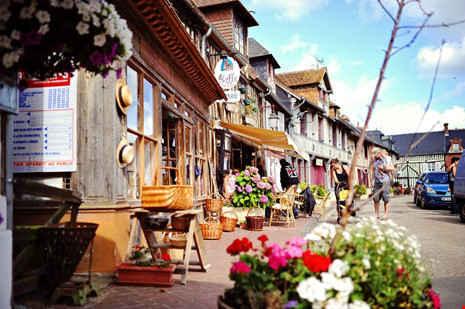 """Beuvron-en-Auge vùng Normandy từng đạt danh hiệu """"ngôi làng hoa""""."""