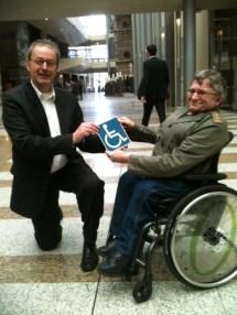 Overhandiging oud ITS bordje Tweede Kamer aan Jan troost door PBT Willem Jagersma