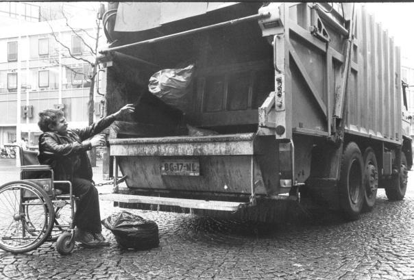 foto jan achter vuilniswagen