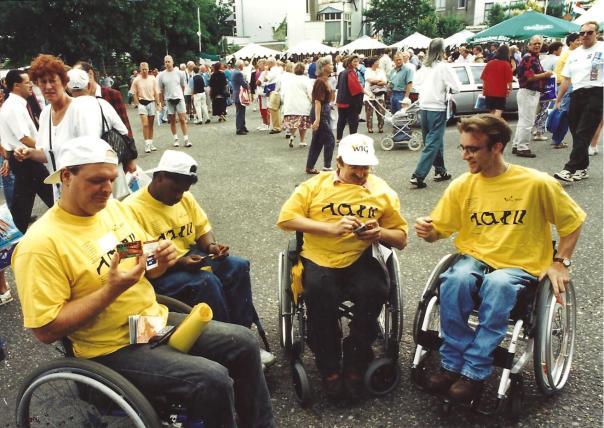 foto ophalen startkaarten door rolstoelteam