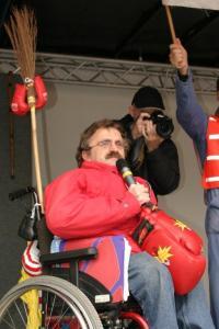 foto jan troost op podium achter tweede kamer 2003