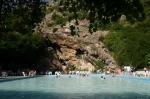 Cerchiara 1 piscina e grotte sullo sfondo.jpg