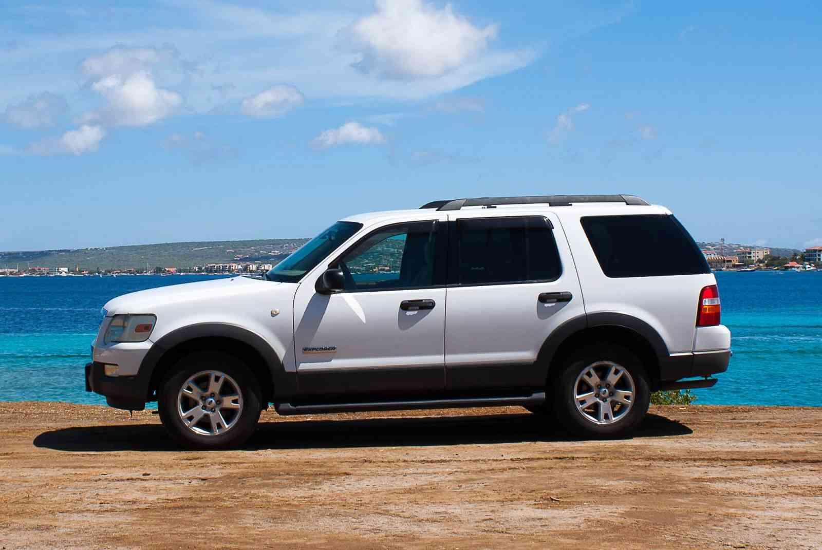 Ford Explorer V6 white