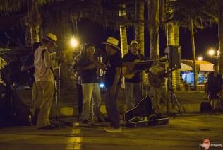 ...a na placu grają muzykę.