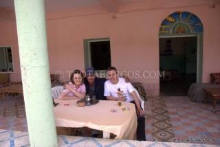GUADALUPE, MOHAMED Y JORGE EN LA TERRAZA DEL HOTEL EN IMILCHIL