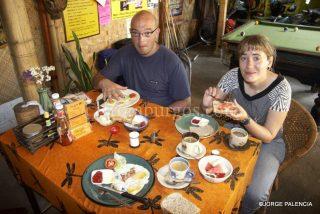 BEATRIZ Y L. JORGE DESAYUNANDO EN LA JULIE GUEST HOUSE EN CHIANG MAI