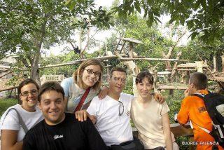 FOTO DE GRUPO CON LOS OSOS PANDAS EN EL PARQUE DE LOS OSOS PANDAS EN CHENGDU