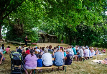 spectacle de contes la roche aux fees