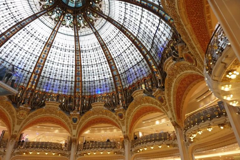 ギャラリーラファイエット内の天井はまるで宮殿