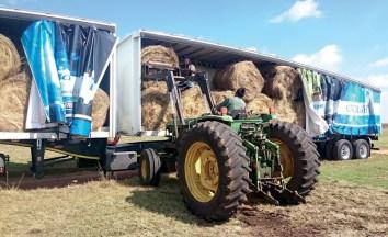 Tractor unloading mercedes_benz_fleetboard trailer