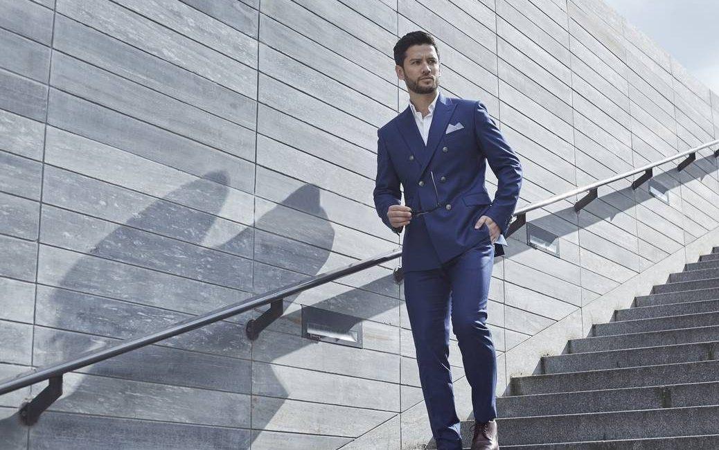 Porter le costume en été   choisir un modèle en tissu léger et respirant fa2bc1c6ca5