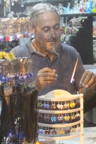 Få med deg en glassblåser eller en annen håndverker. Det er godt å se folk som skaper noe. Dette fra den verste shoppinggaten ved havnen