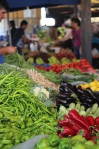 Få endelig med deg et fruktmarked. Tenk, dette har de jevnlig. Enorme mengder frukt og grønt. Vakkert og godt.