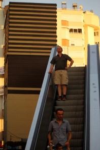 Ta utendørs rulletrapp, eller heis ned til stranden. Nesten absurd for en nordboer.