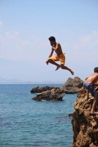 Hopp i havet! Det er lov å bade alle steder - gratis - det er kun strandstolene som koster penger.