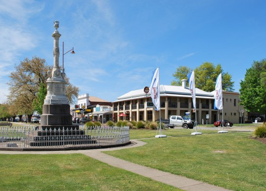 Mansfield_Police_Memorial_and_Mansfield_Hotel