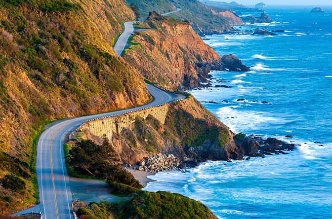 Charmosa Highway 1 vista no sentido São Francisco Los Angeles com o mar á direita.