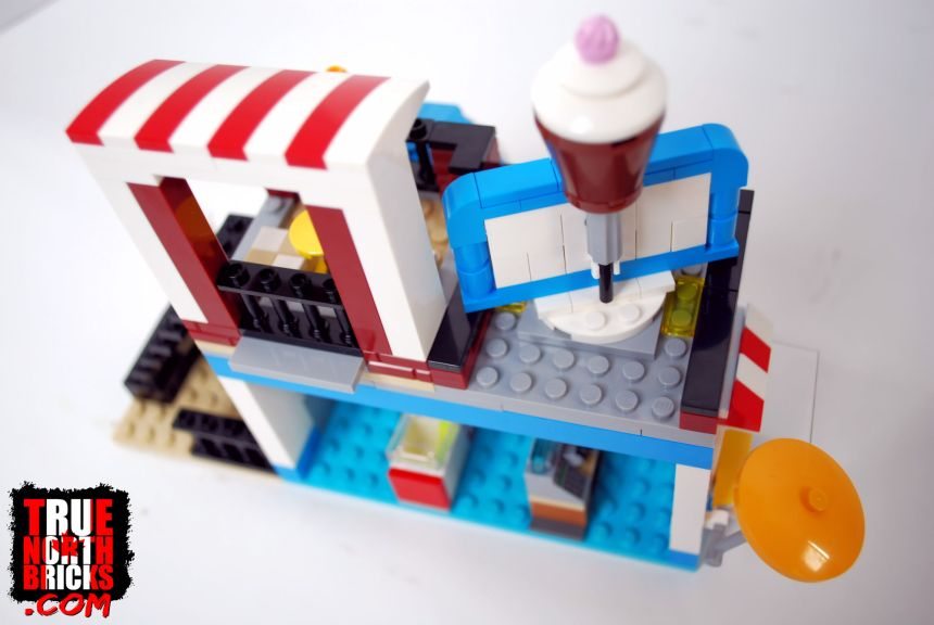 Overhead rear view of Modular Sweet Surprises (31077).