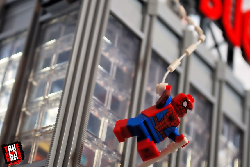 Spider-Man swinging by the Daily Bugle (76178)