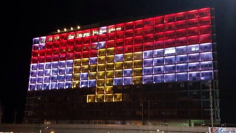 Tel Aviv City Hall lit with Egypt flag in solidarity with Copt terror victims