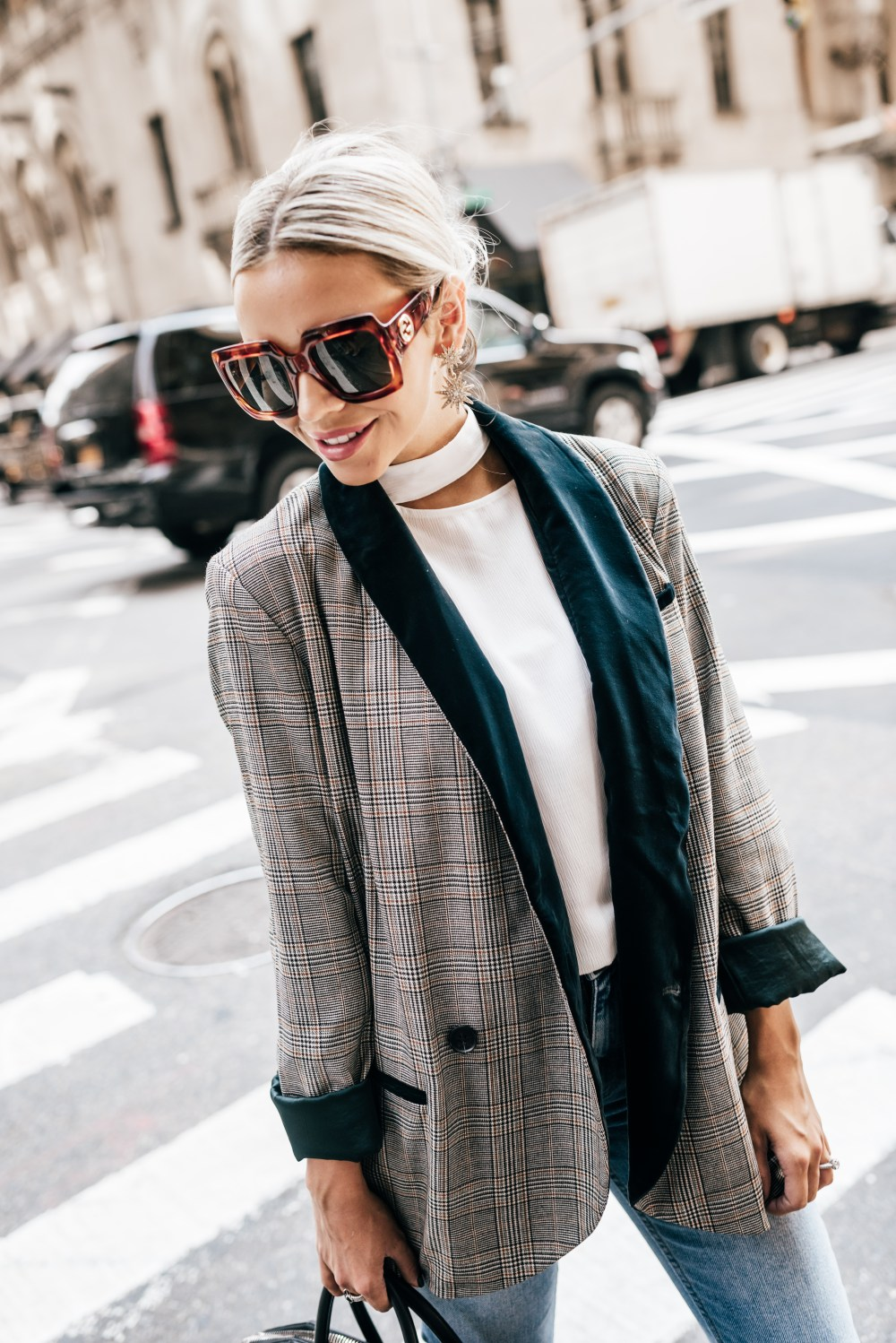 How to style a blazer! This blazer is a little over-sized with the cutest velvet detail that pairs perfect with these mom jeans!