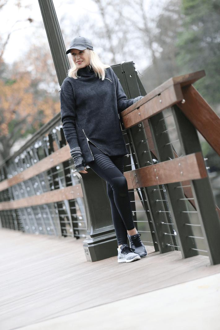 Dallas blogger in New Balance fleece sweatshirt, Alo Yoga black moto leggings and Nike fly knit sneakers.