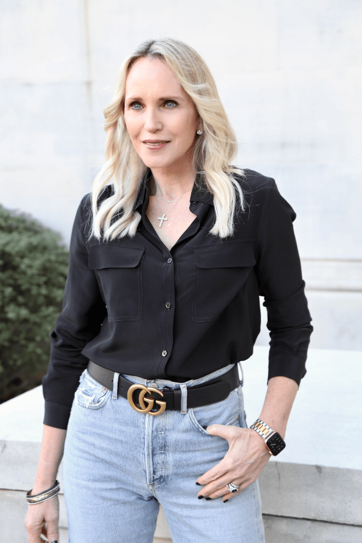 Dallas blogger wearing Lily Silk basic box blouse in black, Gucci Marmont belt and Agolde 90's jeans.