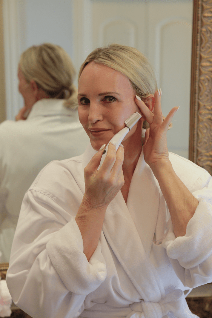 Dallas beauty blogger using the Michael Todd Beauty Sonicsmooth Dermaplaning System.