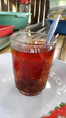 BUBUK teh yang masih mengambang.(FOTO: TRULY OKTO PURBA)