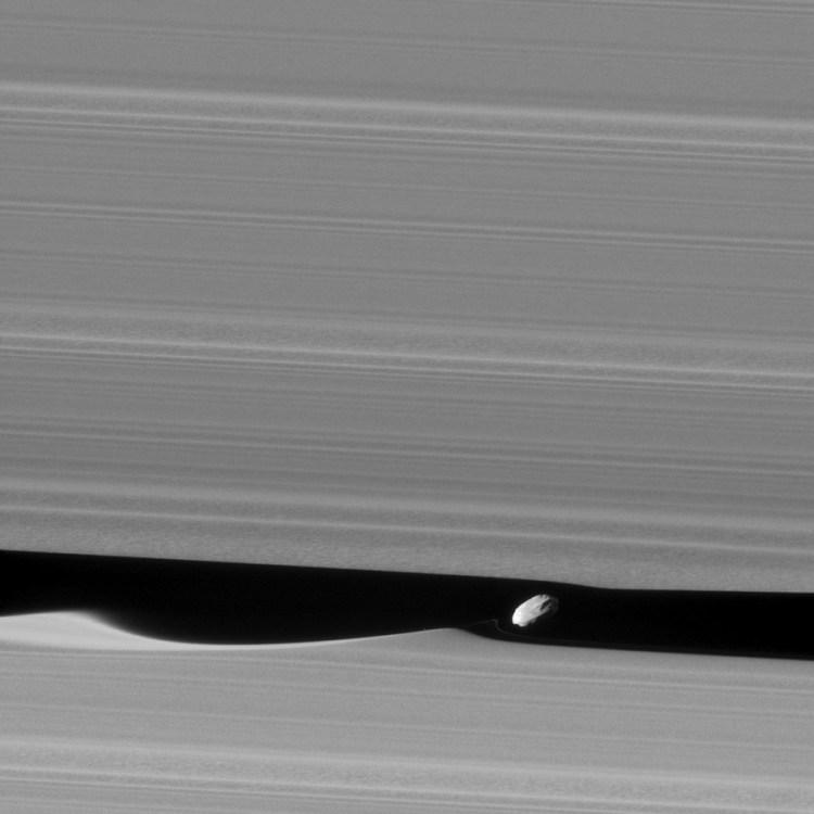 sonde cassini saturne anneau a division keeler daphnis satellite naturel
