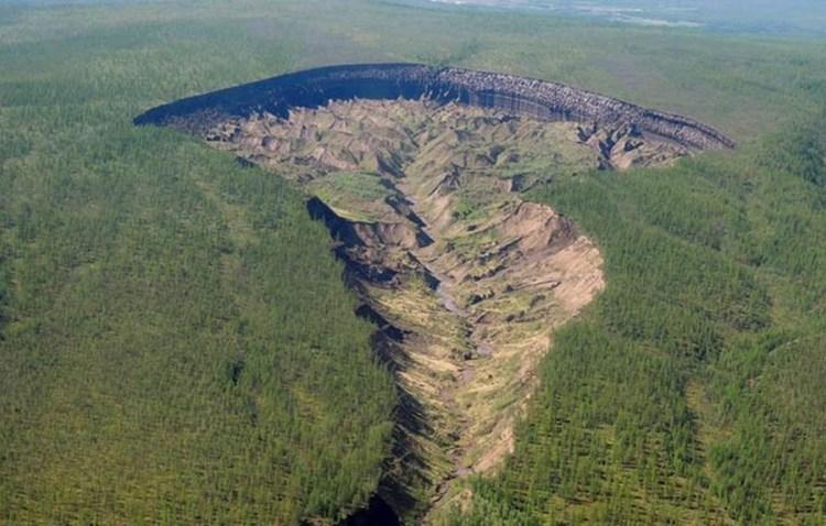 cratère trou sol fonte glace réchauffement sibérie foret sédiments vue aerienne