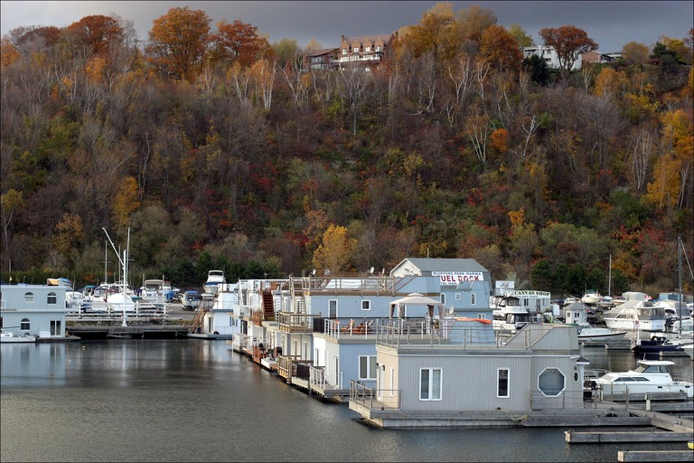 houseboats-on-lake