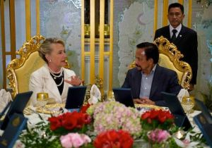 US Secretary of State Hillary Clinton (L) speaks with Brunei's Sultan Hassanal Bolkiah (R) as they sit for dinner at the Istana Nurul Iman Palace in Bandar Seri Begawan, Brunei, on September 6, 2012. Clinton began a visit to the tiny sultanate of Brunei September 6 in her latest stop on a tour seeking to cool tensions in the South China Sea. AFP PHOTO/POOL/Jim WATSON