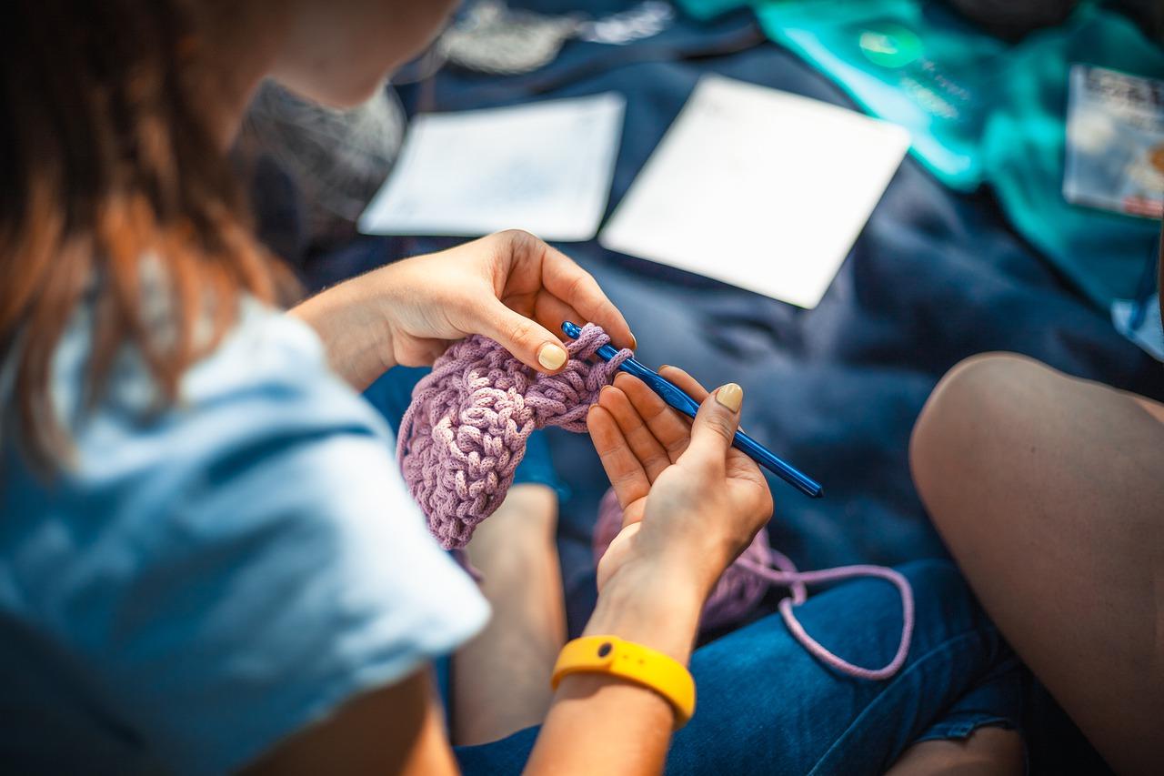 編み物をする手