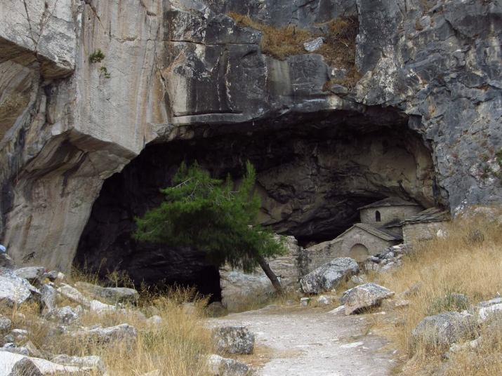Η είσοδος της σπηλιάς της Πεντέλης, ©Β. Ζήσης πεντελη μυθοι