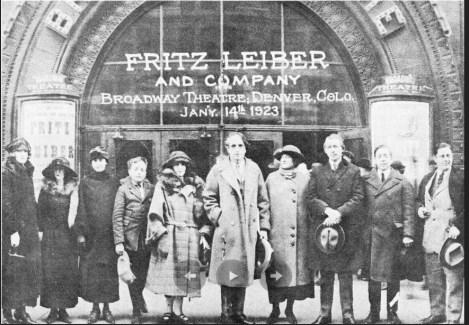 Фриц Лейбер с родителями (в центре) в возрасте 12 лет