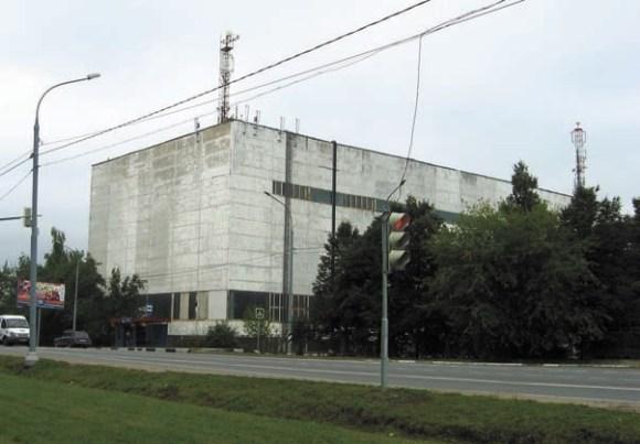 Слева — проходная Института, справа — въезд в центр Троицка. Фото И. Мирмова