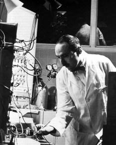 Е. Азеринский в своей лаболатоии в Филадельфии, начало 1960-х