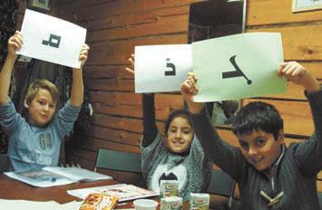 Дети изучают ассирийский язык при храме Мат-Марьям ассирийской церкви Востока в Москве