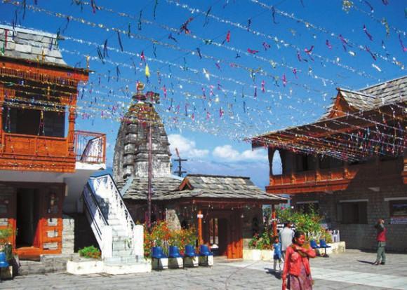 В центре — индуистский храм, посвященный Вишну, с шикхарой. Фото В. Скворцова