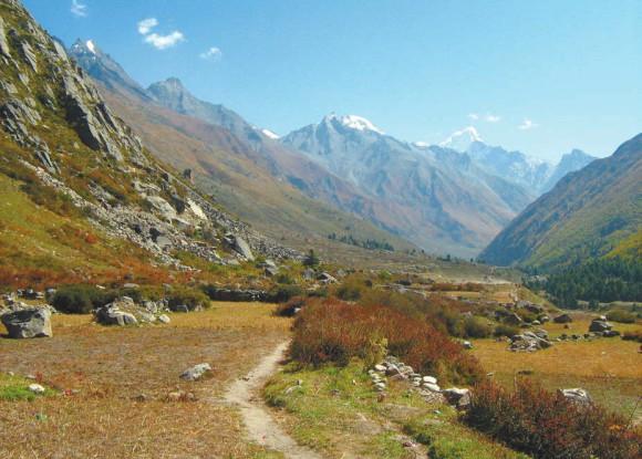 Верхняя часть долины Баспа (за деревней Читкул). Начало альпийской зоны (3400 м). Фото А.Л. Львовского, 2 октября 2011 года