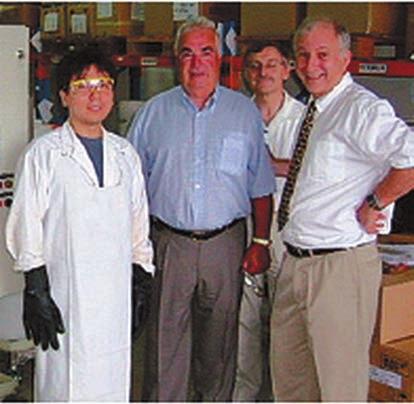 Профессор Н. Кочергинский на демонстрации шведам установки для очистки воды (2004). С сайта национального университета Сингапура (www.eng.nus.edu.sg)