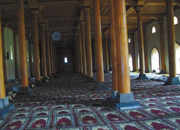 Колонны из кедра в соборной мечети города Шринагар (Кашмир). 29 апреля 2013 года. Фото Б. Ганнибала