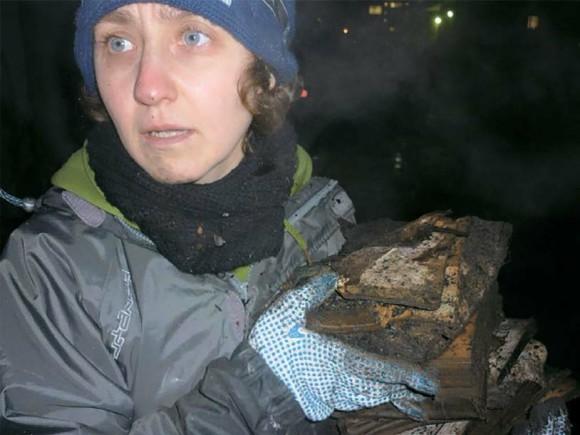Анна Горская и пострадавшие  книги. Фото В. Акшенцевой