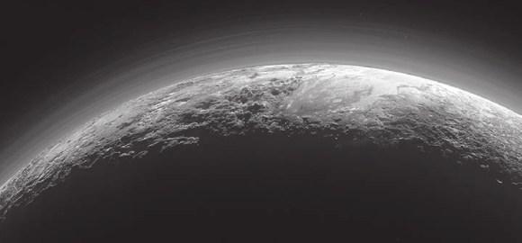 7. Величественные горы, замерзшие долины и мглистые обрывы. Таким Плутон предстал с борта «Новых горизонтов» спустя 15 минут после минимального подхода 14 июля 2015 года. Солнце осталось позади, на закате, создав эту полную драматизма сцену. Ледяная равнина Спутника видна справа, она окружена на западе (слева) скалистыми вершинами высотой до 3,5 км, в том числе горами Норгей на переднем плане (названными в честь непальского шерпа Тенцинга Норгея, покорившего Эверест в 1953 году) и Хиллари на горизонте (в честь новозеландца Эдмунда Хиллари, взошедшего на Эверест вместе с Норгеем; названия пока неофициальные). Справа, к востоку от равнины Спутника, группируются ледники. Можно также различить свыше десятка слоев дымки в разреженной атмосфере вверху. Снимок сделан с расстояния 18 тыс. км, в ширину занимает 1250 км.