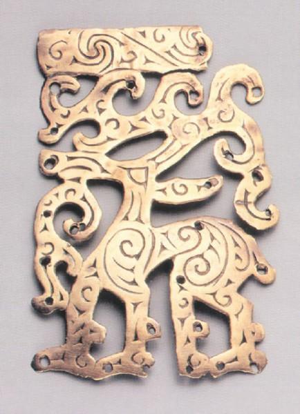 На литых золотых оковках сосудов из Филипповки (The Golden Deer of Eurasia, N-Y, 2000, cat. 28) вдоль ног и отростков рогов оленей, выглядящих как лента одной ширины, прочерчены одна или две линии. На ответвлениях кружочками нарисованы глаза, в верхней части к глазу примыкает маленький острый клюв. Шея разрисована мелкими спиралями. Подобные особенности характерны для орнаментов в виде переплетенных фигурок змей на бронзовых сосудах Китая в это время. (Переводчикова Е. В. К вопросу о месте производства золотых оковок деревянных сосудов из Филипповки // Музейні читання: Матеріали наукової конференції «Ювелірне мистецтво — погляд крізь віки». Київ: Музей історичних коштовностей України, 14–16 листопада 2011 р. К., 2012, с. 93–105)