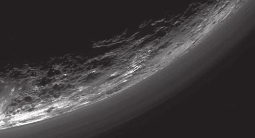 Это изображение слоев дымки над краем Плутона получено с помощью мультиспектральной камеры «Ральф» (Ralph). Всего различимо до 20 слоев дымки, протянувшейся на сотни километров по горизонтали, но не всегда строго параллельно поверхности. Например, исследователи выделяют слой на высоте около 5 км в нижней левой части изображения, который спускается к самой поверхности справа