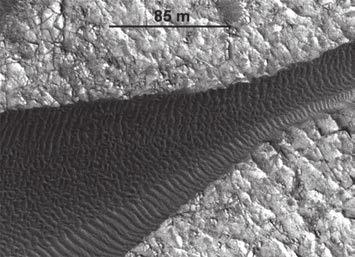 Движущиеся дюны в кратере Гейла. Фото MRO NASA