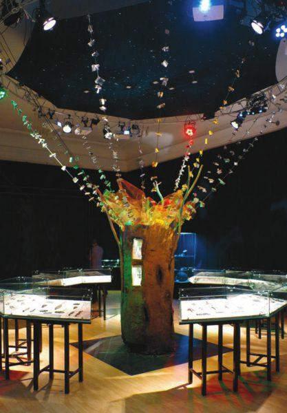 Комплекс выставки «Под созвездием Большого Лося», комплекс «Мировое древо». Выставка посвящена кулайской археологической культуре — для Томской области это одна из наиболее ярких древних культур , в первую очередь благодаря узнаваемому художественному стилю культовых изображений